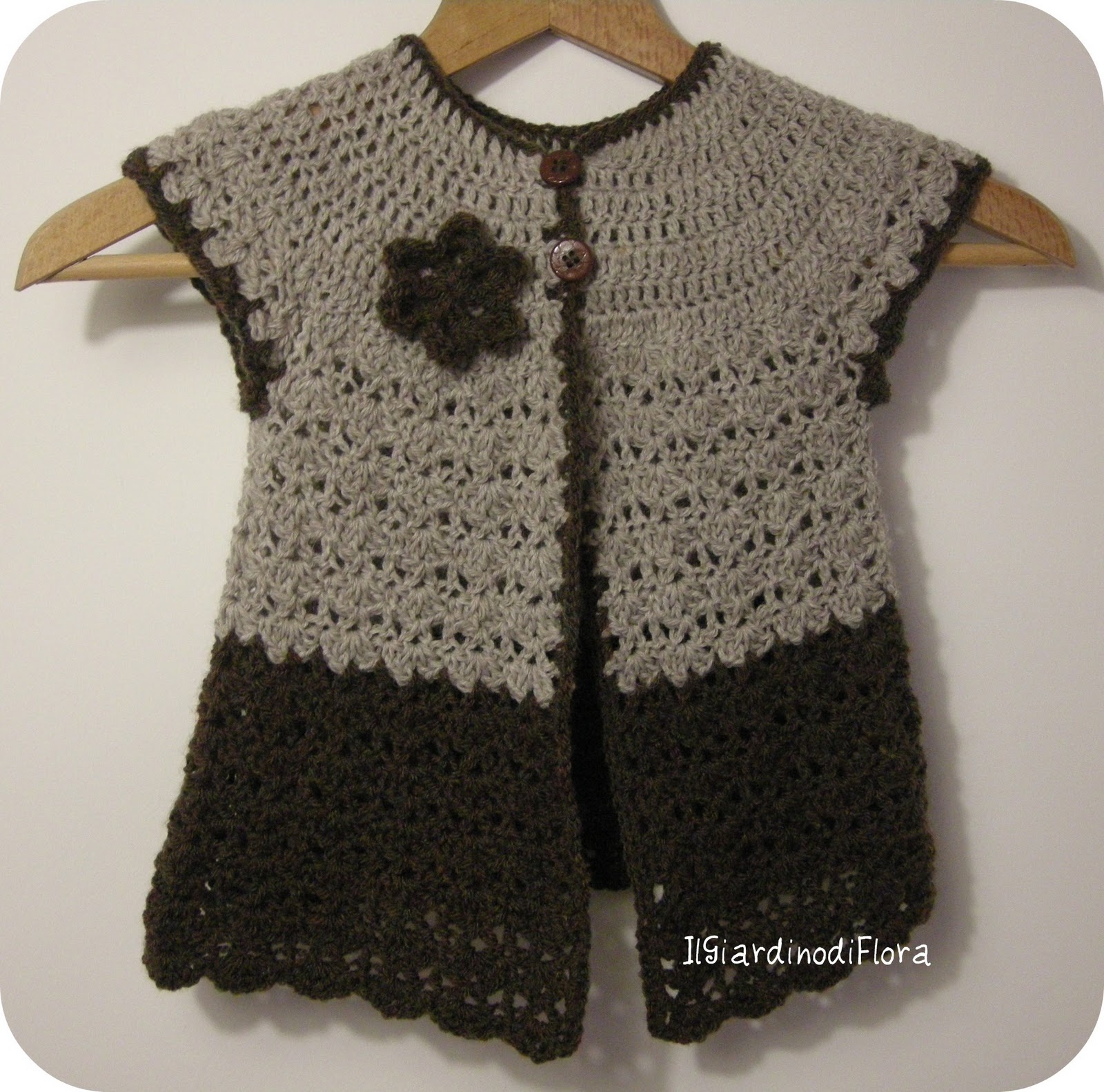 Gilet di lana all'uncinetto per bambina