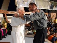 Il Papa abbraccia padre Giancarlo Bossi