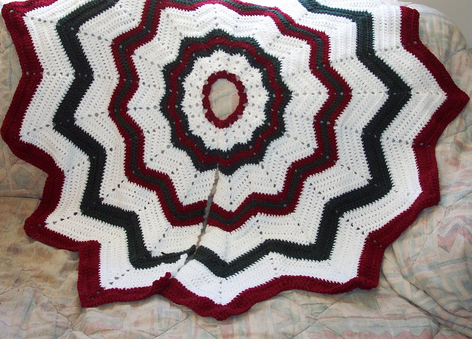 Christmas Tree Skirt Knitting Pattern : SmoothFox Crochet and Knit: Dont forget the Christmas Tree Skirt Free Pa...