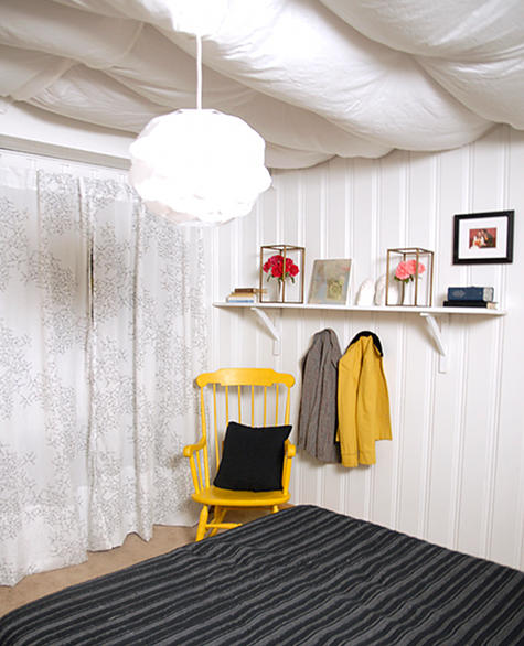 decoracao de sala barata e bonita:Pinte de amarelo apenas um item de um quarto sala ou banheiro .
