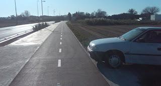 coche que sale apurando al carril bici