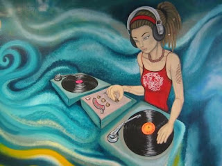 Graffiti DJ woman Wallpaper