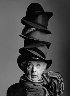 Se precisan muchos sombreros, cuando las ideas amenazan con caerse.