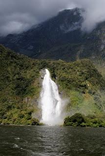 Una de las decenas de cascadas del Milford Sound