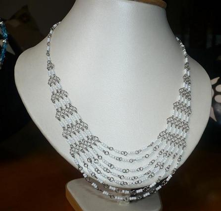 Collar Plata Tejido Con Mostasillas Grandes Color Blanco