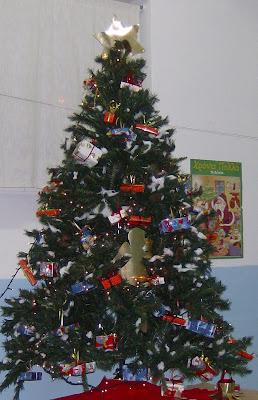Ένα δέντρο από ... σκουπίδια!!! HPIM6901