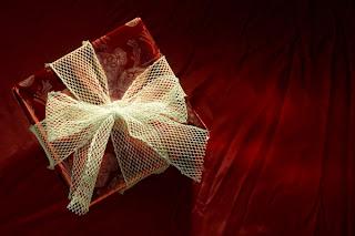 http://4.bp.blogspot.com/_Vvd_2F52PxY/TOZ2Q68U_cI/AAAAAAAAAYo/-rA1EJTdpbY/s320/Present.jpg