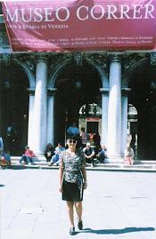 Sonia visita e estuda em museus da Europa.