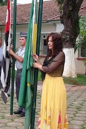 Sonia Vrubleski erguendo a bandeira do Brasil em solenidade no Cpi-7