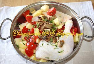 Pollo in tegame con patate, pomodorini, cipollotti e funghi secchi