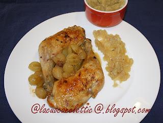 Pollo al forno con l'uva e purea di mele