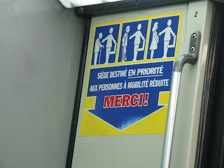 A subway sign, in French, that shows stick figures giving up their seats for people with disabilities and pregnant women.