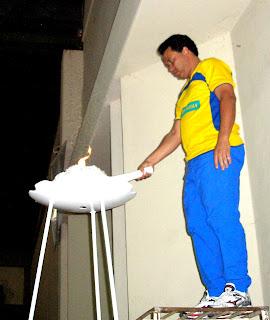 Pedro Fernando acende a Pira Olimpica