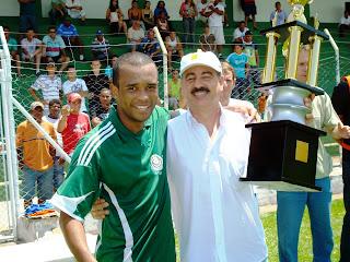 Roy recebe do Prefeito, troféu de Campeão: Equipe Assoxupe