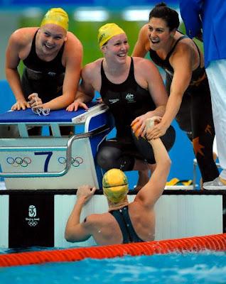 Las australianas festejan su triunfo en los relevos 4x200 metros libres