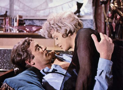 Shelley Winters y Michael Caine en Alfie (1966)