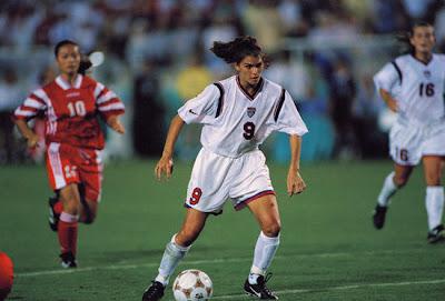 Atlanta 1996 - Fútbol femenino, final entre China y EEUU, Mia Hamm con el balón