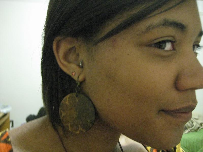 Piercing Tragus, piercing de surface tragus, vertical tragus piercing  title=