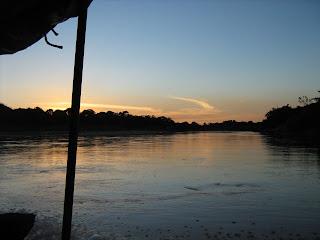 Las ondas del río Meta iluminadas durante el crepúsculo