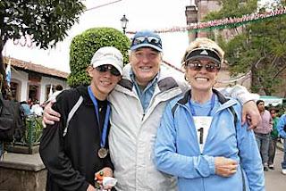 El alegre Fernando junto a su padre Alejandro Martí y su hermana Ximena Martí