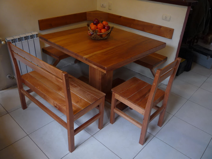 Mesa, sillas y bancos en Viraró