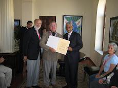 Entrega Diploma a Michel Teillard d'Eyry, Presidente CIGH Paris, Francia