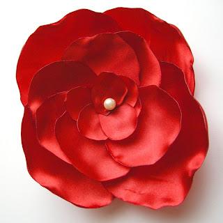 atłasowe czerwone broszki - większa broszka
