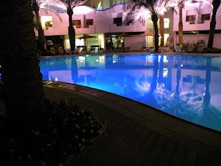 Вечерний бассейн в гостинице Golden Tulip Privilege в Эйлате