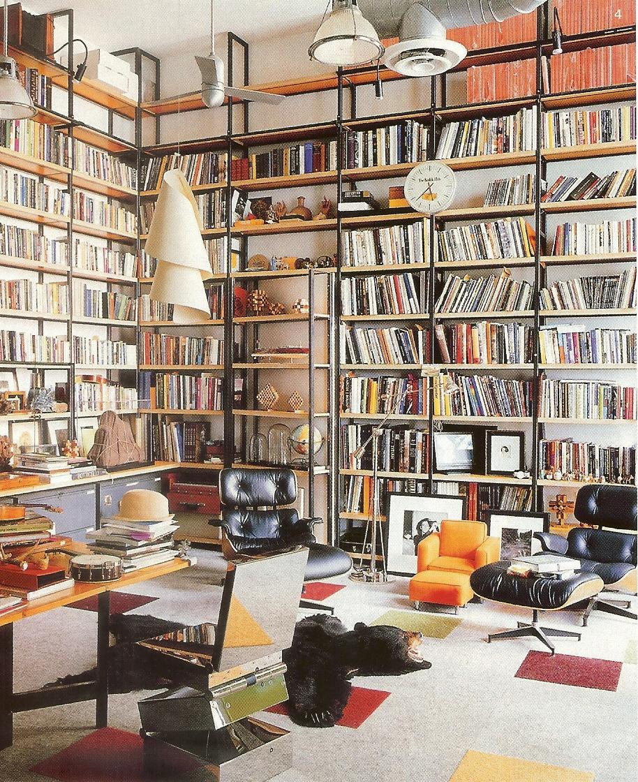 Книжные полки во всю длину и ширину стен : внутри дома.