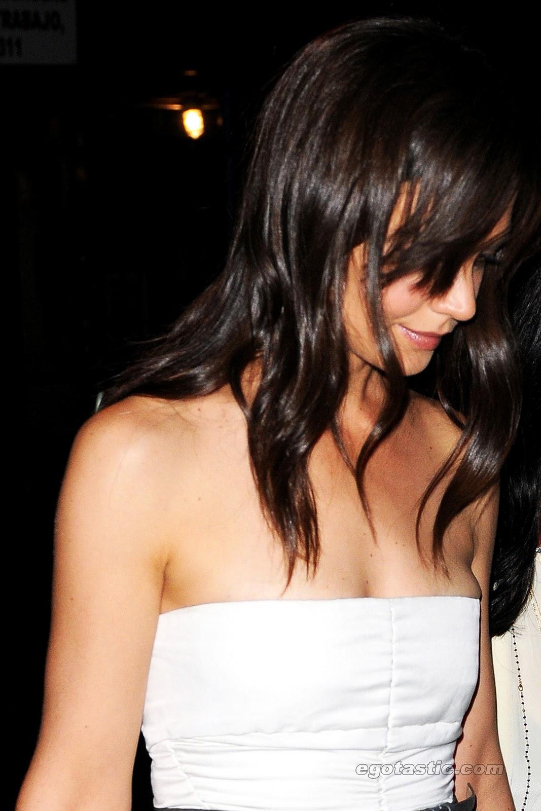 http://4.bp.blogspot.com/_WDCWEjl45FQ/TOb-CCuKcwI/AAAAAAAAAU4/7RaxCOPJXyM/s1600/katie-holmes-white-dress-cleavage-03.jpg
