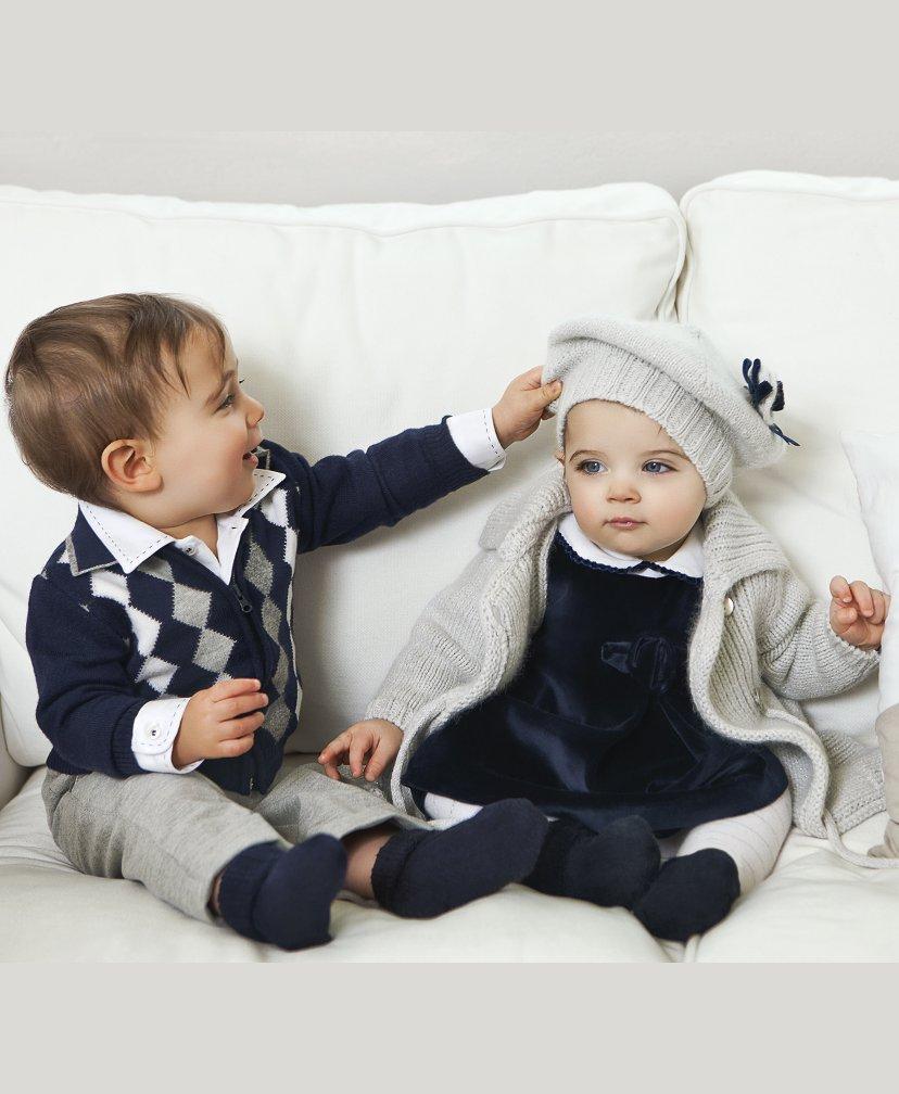 Una colección de ropa para bebé niña con prendas suaves, prácticas y con estilo que se adaptan a los gustos: conjuntos, vestidos y faldas, camisas y pantalones. Porque tu bebé niña está preparándose para descubrir el mundo que la rodea, querrás que lo haga cómoda y con estilo.