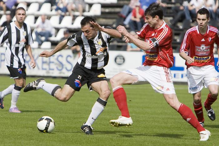 A derrota sofrida pelo Dudelange em Bascharage (0-1) diante do Käerjéng  permitiu à Jeunesse 730aa9abdea35