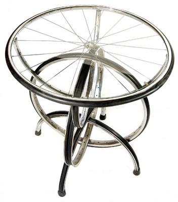 Sepeda Usang Yang Didaur Ulang Menjadi Meja Kaca
