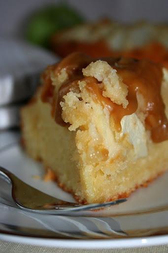 Ciasto jabłkowo-migdałowe z karmelowym sosem