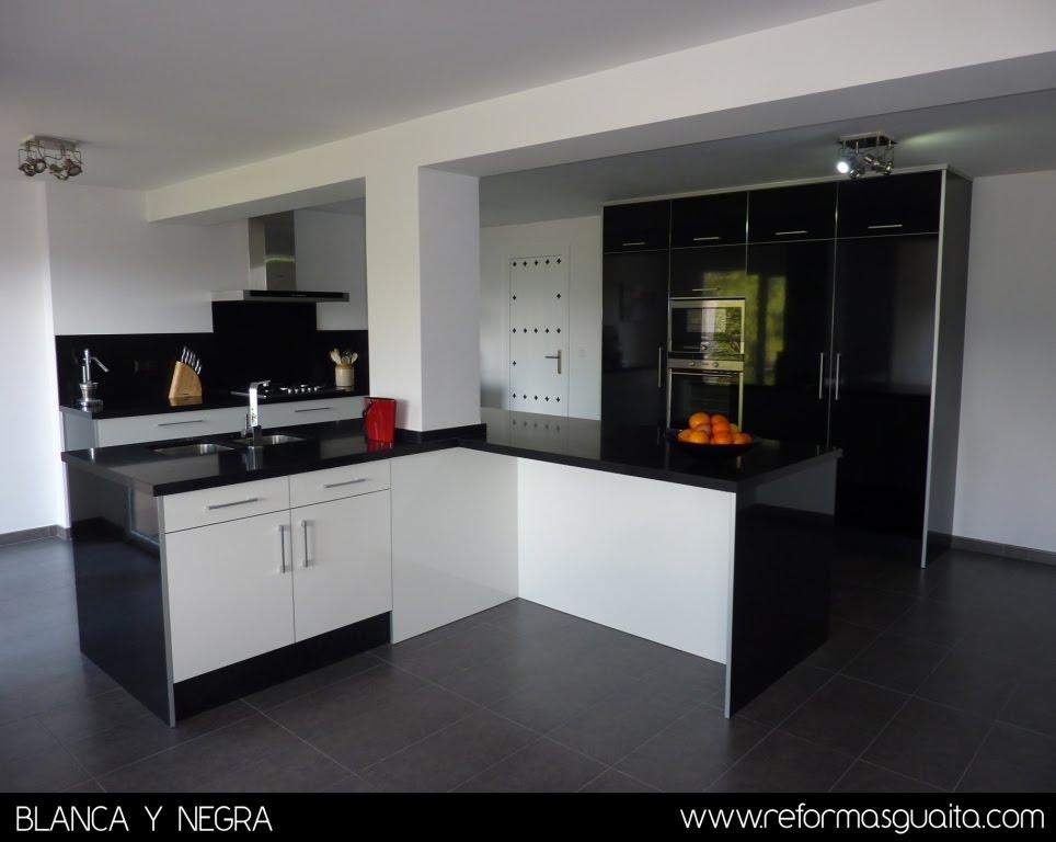 Cocina en blanco y negro en un chalet reformas guaita - Cocinas negras ...