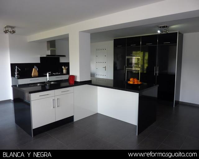 Cocina en blanco y negro en un chalet reformas guaita - Cocina blanca encimera negra ...