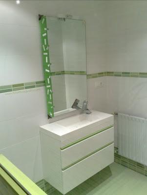 Reforma ba o con azulejo mosaico kroma verde blanco for Banos blancos y verdes