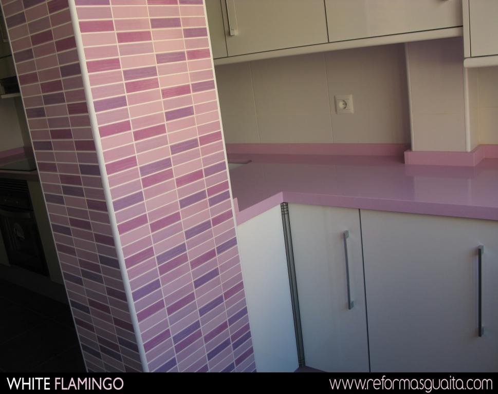 Cocina con azulejos turqueza reciclafa - Cocinas rosa fucsia ...