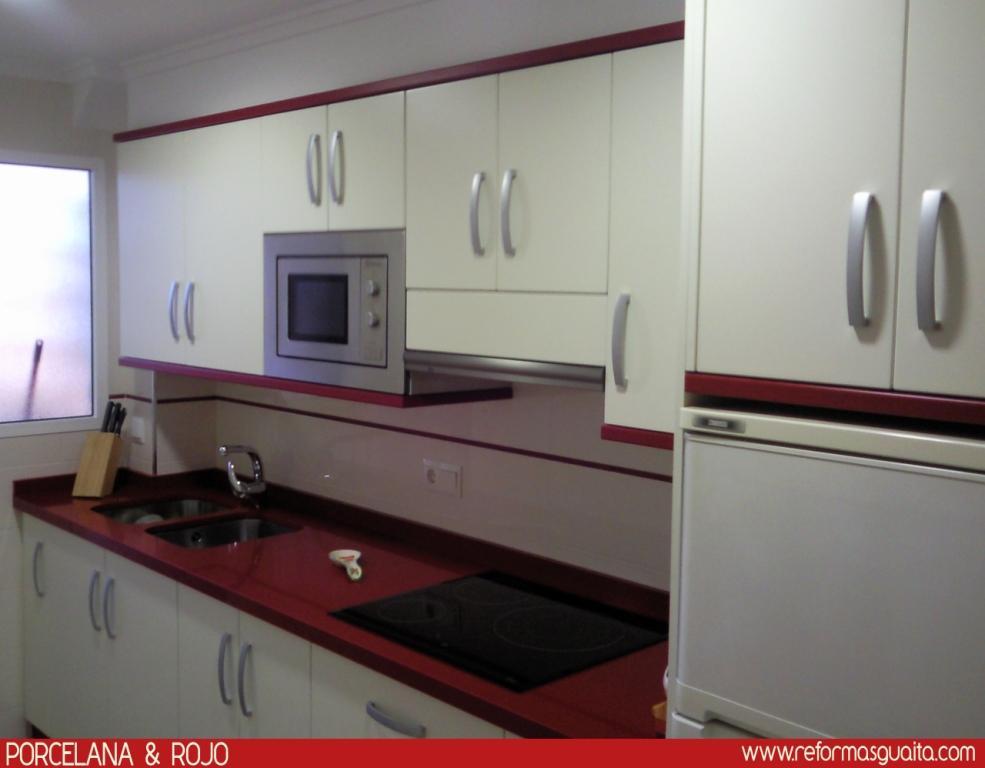 Cocina en porcelana rojo reformas guaita - Cenefas modernas para cocina ...
