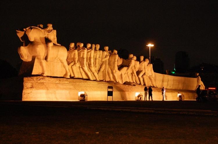http://4.bp.blogspot.com/_WY3qKeZY6L0/TStKsmP8AcI/AAAAAAAAUs4/WpDN_8ddFeg/s1600/monumento%2Biluminado.jpg