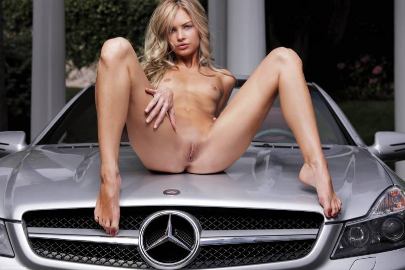 foto-devushek-i-avtomobiley-golie