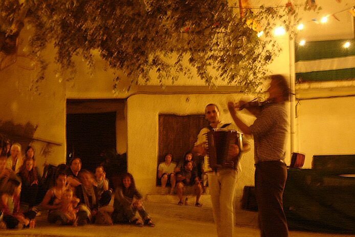 Música en las Montañas concert on the Plaza de Atalbéitar - foto: casa rural El Paraje