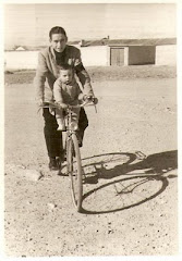 1912. Mi to Evelio Garca Mansilla, hermano de mi padre, me lleva en bicicleta en Fuente lamo.