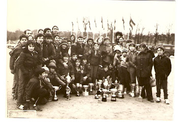 671. Atletas del club Atltico Getafe, posando con sus trofeos, despus de correr un cross...