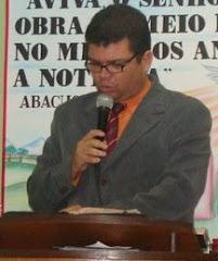 o conferencista roberto pregando em um congresso e macaé no rio de janeiro