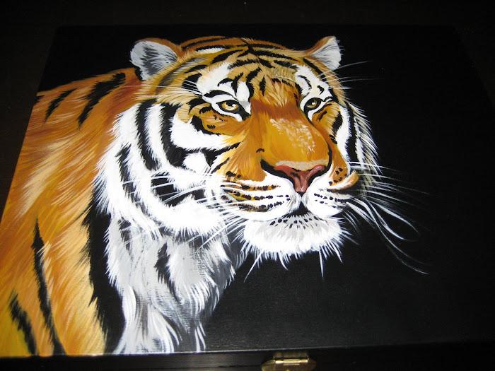 tigre pintado em uma caixa madeira