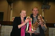 Президент TICA Vickie Fisher вручает Ахилесу розетку за первое место в финале.
