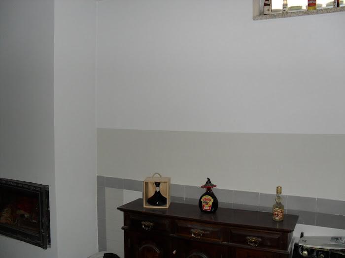 faixa cinza em parede azul