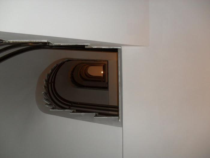 pintura de caixa de escadas com sete andares