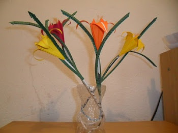 Vaso feito de garrafa pet com flores de origami